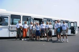 Ljubjana möter upp med stora bussen och tolv personer fyller i alla fall upp ena hörnet. Vid ett senare tillfälle rekvirerades en lika stor buss till en ensam pilot, snacka om gott om plats.