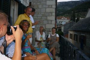 Robert förevigar det glada gänget på balkongen i vårt nya boende.