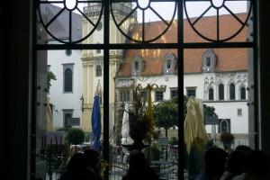 Utsikt genom ett caféfönster i Bratislava