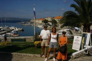 Christer, Helena och Iris vänder ryggen mot den vackra vyn över Bols hamn.